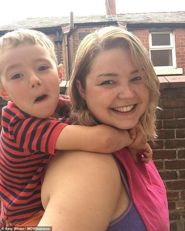 Người mẹ trẻ để con trai 5 tuổi vẫn bú sữa khiến dân mạng không khỏi bất ngờ với phát ngôn: Thế mới tự nhiên! - Ảnh 2.