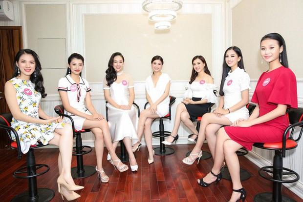 Giản dị như nàng Tân Hoa hậu, một đôi sandals cao gót mà mix được cả chục bộ đồ - Ảnh 9.