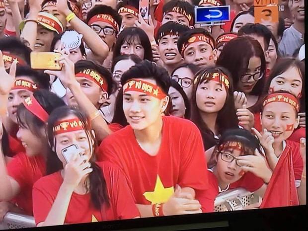 Đi xem mừng công ở Mỹ Đình, cổ động viên đẹp trai chiếm spotlight trên truyền hình - Ảnh 1.