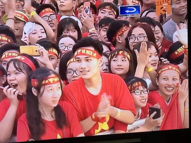 Đi xem mừng công ở Mỹ Đình, cổ động viên đẹp trai chiếm spotlight trên truyền hình - Ảnh 2.