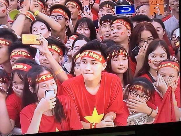 Đi xem mừng công ở Mỹ Đình, cổ động viên đẹp trai chiếm spotlight trên truyền hình - Ảnh 3.