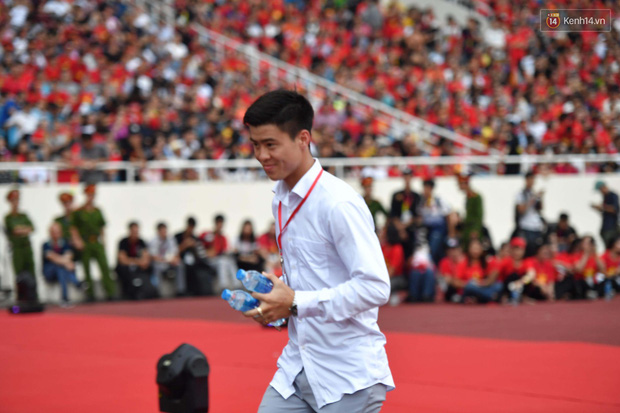 Đang dự  lễ mừng công, Duy Mạnh vẫn tranh thủ chạy ra ngoài mang nước cho bạn gái - Ảnh 4.