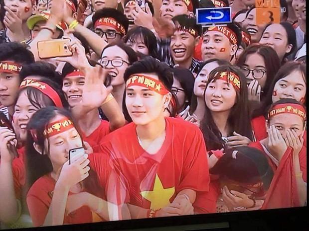 Đi xem mừng công ở Mỹ Đình, cổ động viên đẹp trai chiếm spotlight trên truyền hình - Ảnh 4.