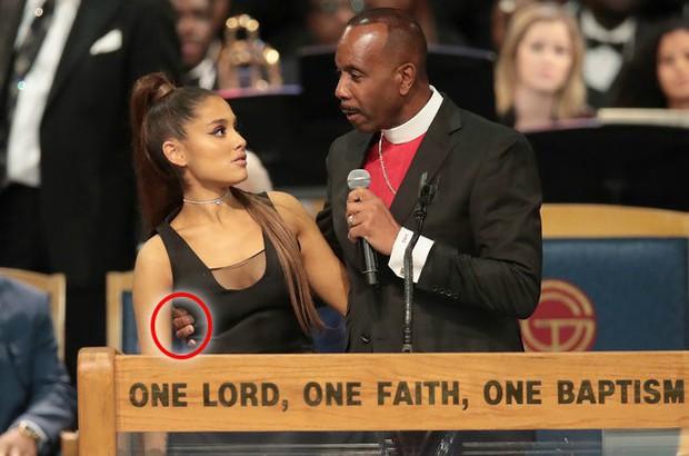 Bị nghi sờ soạng Ariana Grande tại tang lễ của Aretha Franklin, linh mục lên tiếng giãi bày! - Ảnh 1.