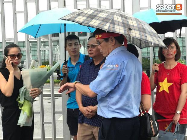 Hùng Dũng chờ đồng đội ở sân bay, Xuân Mạnh và Văn Đức không tham dự gala vinh danh - Ảnh 1.