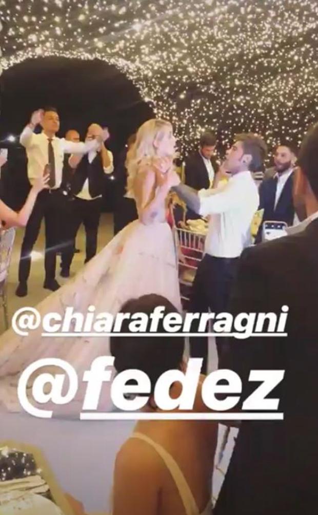Chiara Ferragni lộng lẫy trong chiếc váy Dior thứ hai, quẩy banh nóc cùng hội bạn sau đám cưới - Ảnh 7.
