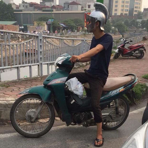 Bắt gặp Spartacus phiên bản Việt đi dép tông cưỡi Wave xanh dạo phố Hà Nội - Ảnh 1.
