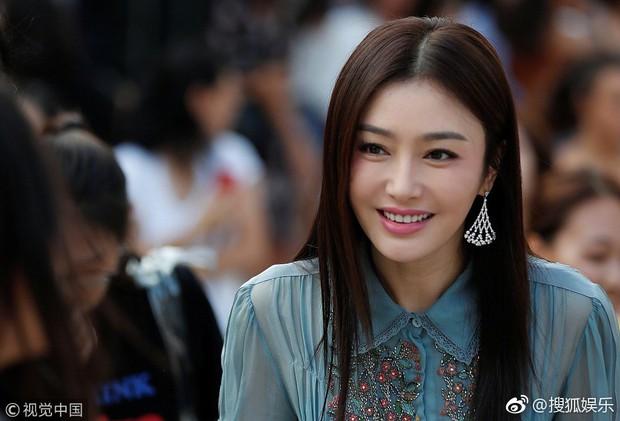 Hai Phú Sát Hoàng Hậu Tần Lam - Đổng Khiết đụng độ nhan sắc: Người như tiên nữ, kẻ lộ già nua - Ảnh 7.