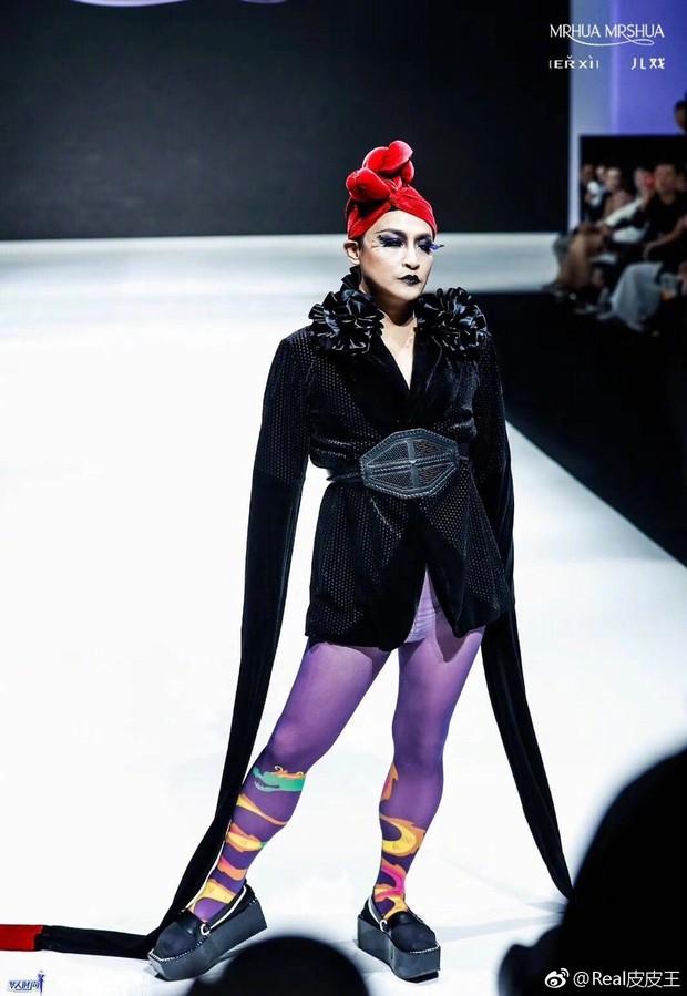 Nhĩ Thái Trần Chí Bằng gây choáng với hình ảnh nữ tính, kỳ quái cùng giày cao gót khủng - Ảnh 1.