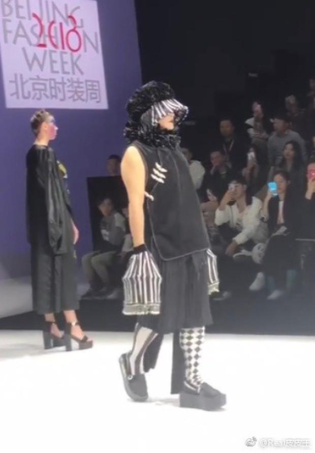 Nhĩ Thái Trần Chí Bằng gây choáng với hình ảnh nữ tính, kỳ quái cùng giày cao gót khủng - Ảnh 12.