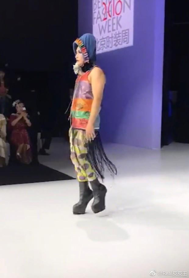 Nhĩ Thái Trần Chí Bằng gây choáng với hình ảnh nữ tính, kỳ quái cùng giày cao gót khủng - Ảnh 2.