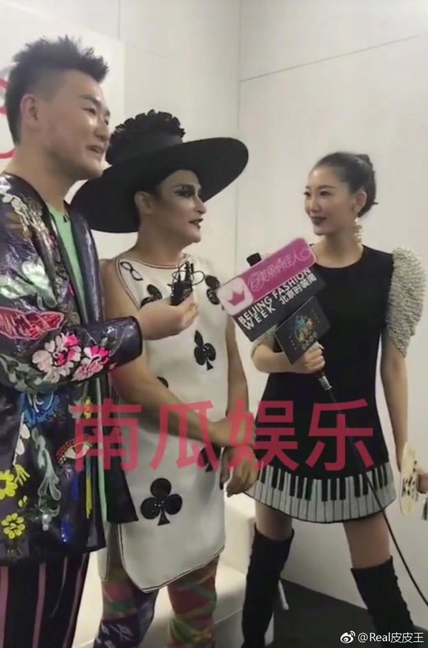 Nhĩ Thái Trần Chí Bằng gây choáng với hình ảnh nữ tính, kỳ quái cùng giày cao gót khủng - Ảnh 4.