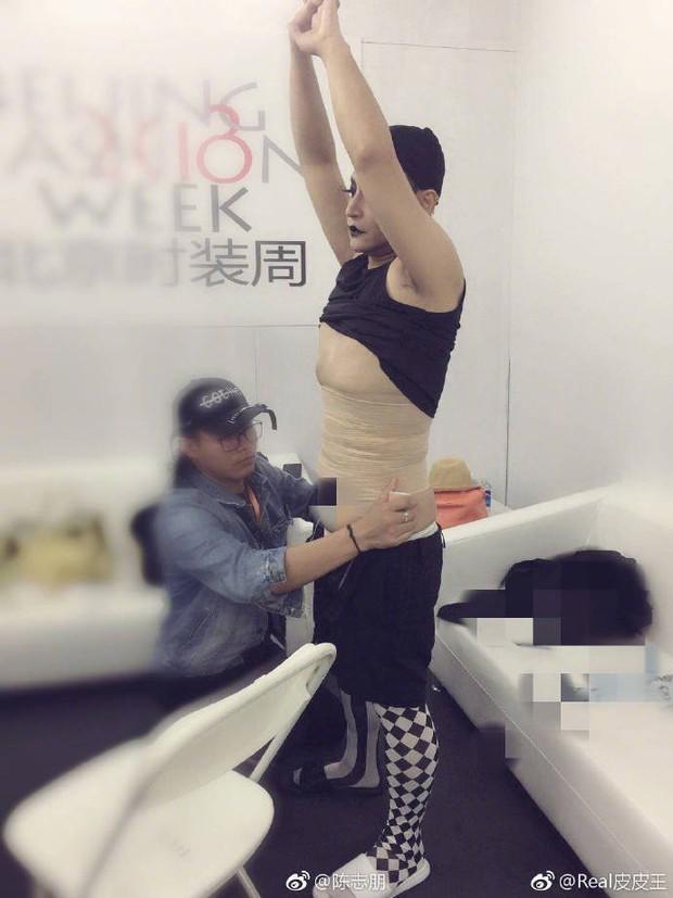 Nhĩ Thái Trần Chí Bằng gây choáng với hình ảnh nữ tính, kỳ quái cùng giày cao gót khủng - Ảnh 10.