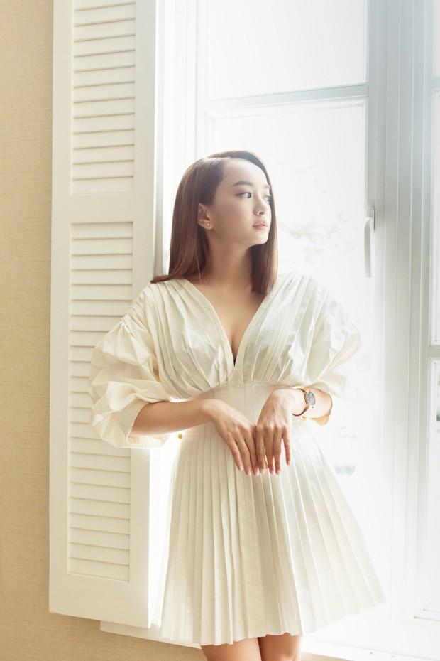 Lên đồ cho show Lâm Gia Khang, Kaity Nguyễn không ngờ mình đụng hàng luôn Hương Giang, Võ Hoàng Yến - Ảnh 2.