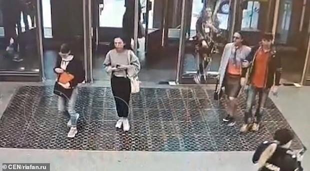 Mải chơi điện thoại, thiếu nữ Nga húc thủng cả cửa kính ở ga tàu điện rồi mắc kẹt tại chỗ - Ảnh 1.