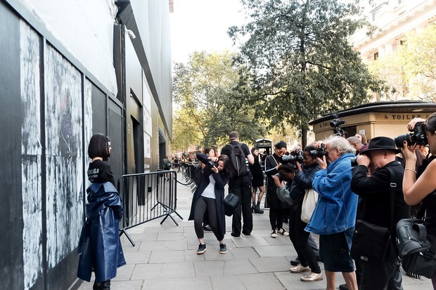 Bay show tới tấp tại London Fashion Week, Jolie Nguyễn vẫn giữ được phong độ thời trang trên hàng ghế đầu - Ảnh 8.