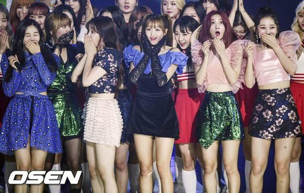 Mặc đồ khó hiểu, kém sang, Oh My Girl bị netizen Hàn chế nhạo thành Oh My God - Ảnh 1.