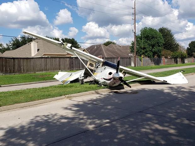 Tai nạn hi hữu: xe Tesla bị cả một cái máy bay đâm trúng, người trong xe không hề hấn gì - Ảnh 1.
