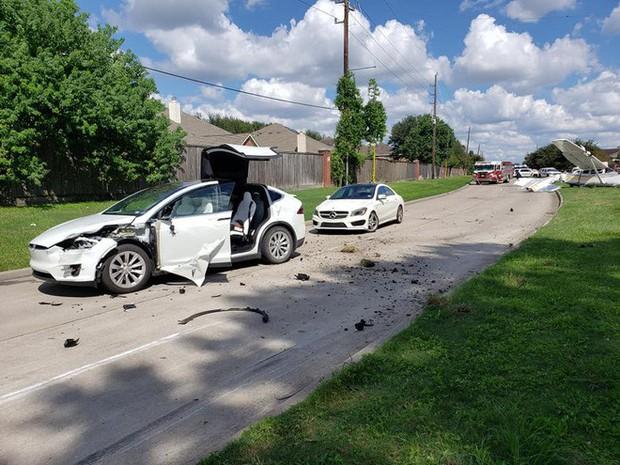 Tai nạn hi hữu: xe Tesla bị cả một cái máy bay đâm trúng, người trong xe không hề hấn gì - Ảnh 2.