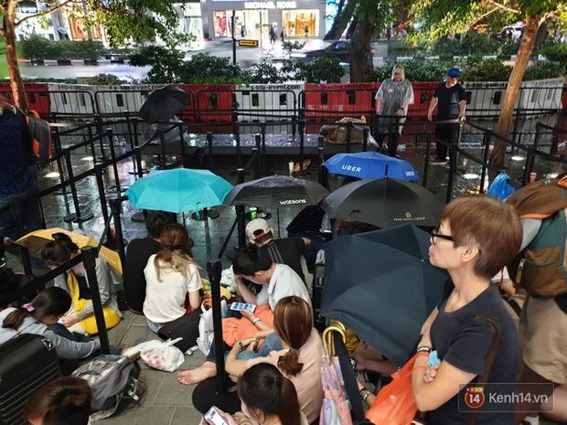 Mặc kệ trời mưa to, hàng dài dân buôn Việt vẫn xếp kín trước cửa Apple Store chờ mua iPhone XS mới - Ảnh 1.