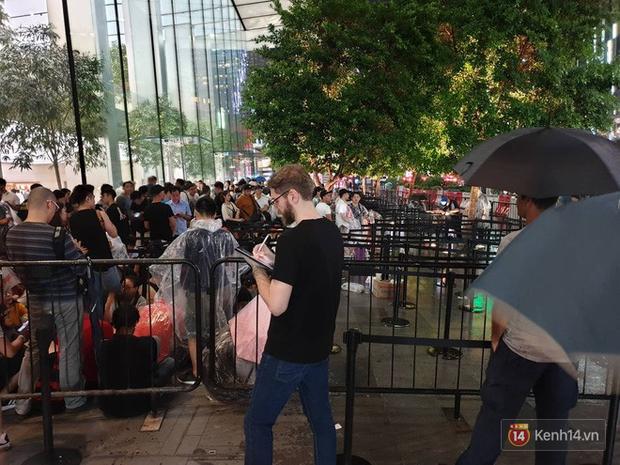 Mặc kệ trời mưa to, hàng dài dân buôn Việt vẫn xếp kín trước cửa Apple Store chờ mua iPhone XS mới - Ảnh 4.