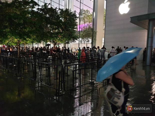 Mặc kệ trời mưa to, hàng dài dân buôn Việt vẫn xếp kín trước cửa Apple Store chờ mua iPhone XS mới - Ảnh 7.