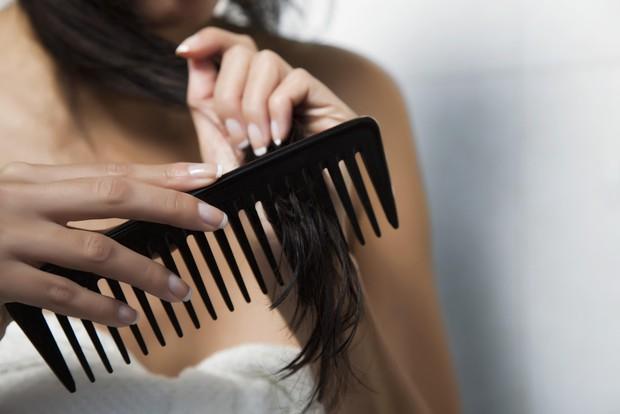 Sai lầm thường gặp khi gội đầu khiến tóc bạn nhanh bết dính và phát sinh đầy gàu - Ảnh 1.