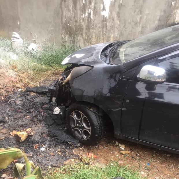 Thấy đống rác đang cháy vẫn bất chấp đỗ xe, tài xế ngậm ngùi nhìn xế cưng bị thiêu rụi đầu - Ảnh 1.