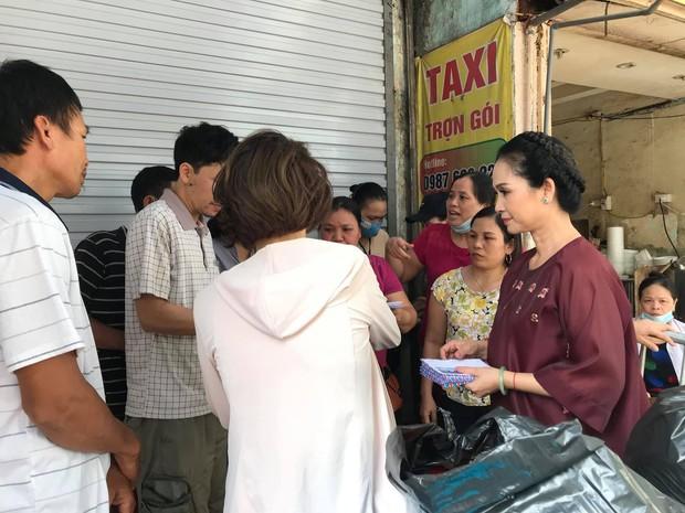 Không kêu gọi rình rang, NSND Lan Hương âm thầm đi giúp đỡ từng nạn nhân khu vực cháy Đê La Thành - Ảnh 1.