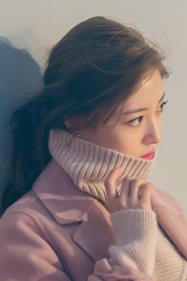 Sao nhí Nàng Dae Jang Geum một thời tung ảnh hậu trường đẹp mê hồn, đáng chú ý là chiếc mũi sắc lẹm của cô - Ảnh 13.