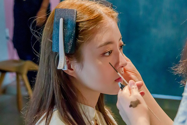 Sao nhí Nàng Dae Jang Geum một thời tung ảnh hậu trường đẹp mê hồn, đáng chú ý là chiếc mũi sắc lẹm của cô - Ảnh 10.