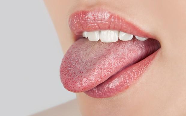 Những dấu hiệu bất thường ở vùng lưỡi cảnh báo một số vấn đề sức khỏe mà bạn không hề hay biết - Ảnh 2.