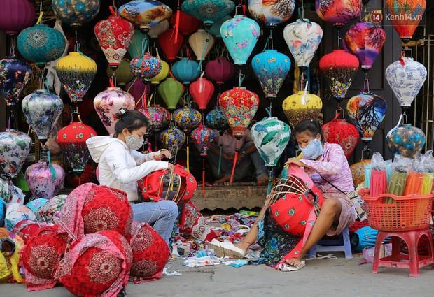 Nghề làm đèn lồng truyền thống ở phố cổ Hội An tất bật những ngày cận Trung thu - Ảnh 1.