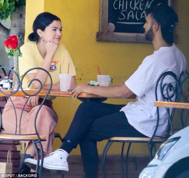 Mặc kệ Justin cưới hỏi, Selena rạng rỡ đi ăn cùng trai lạ và còn nhìn nhau đầy tình tứ - Ảnh 2.