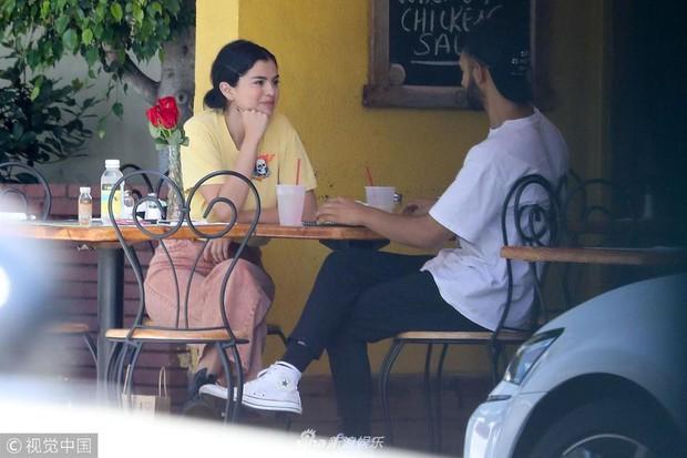 Mặc kệ Justin cưới hỏi, Selena rạng rỡ đi ăn cùng trai lạ và còn nhìn nhau đầy tình tứ - Ảnh 3.