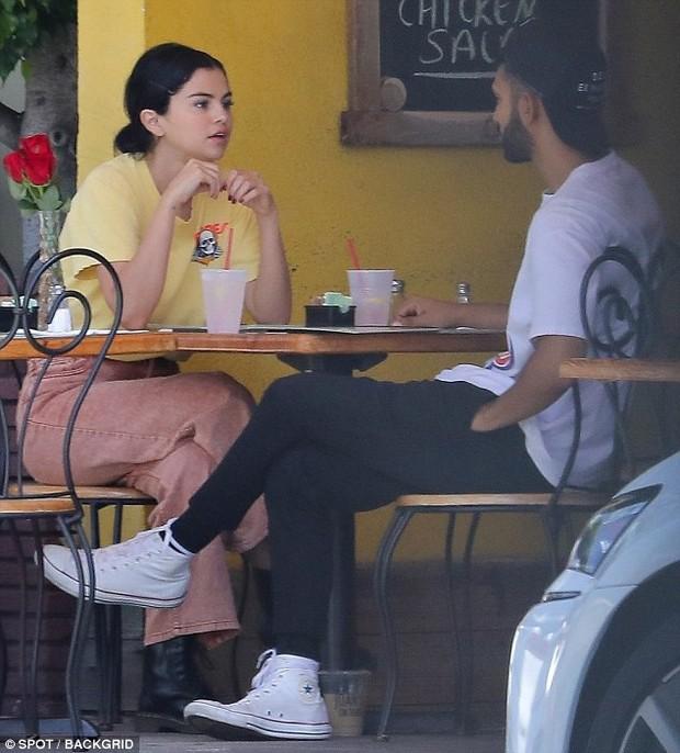 Mặc kệ Justin cưới hỏi, Selena rạng rỡ đi ăn cùng trai lạ và còn nhìn nhau đầy tình tứ - Ảnh 4.