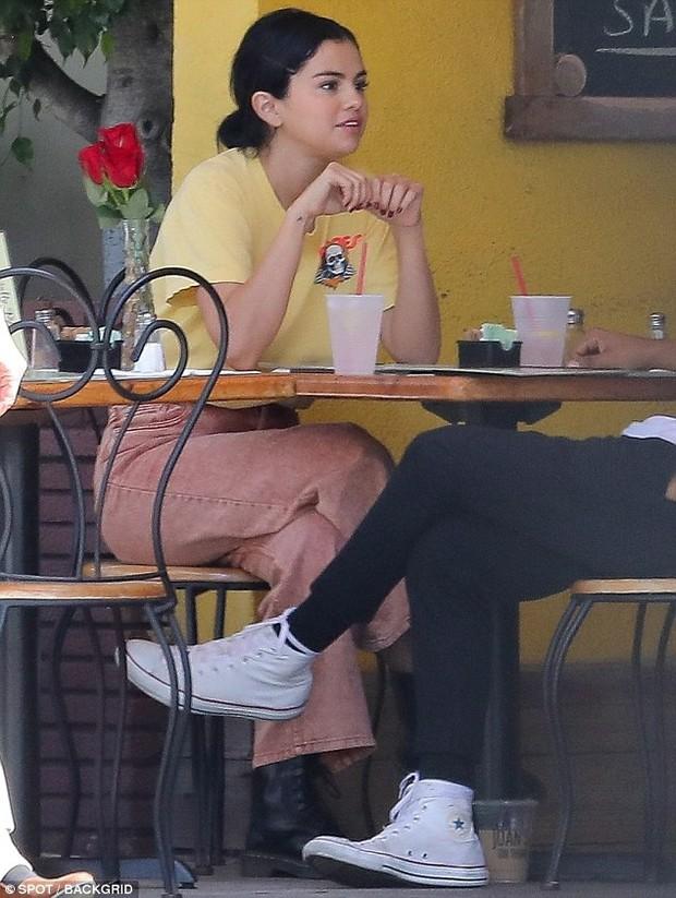 Mặc kệ Justin cưới hỏi, Selena rạng rỡ đi ăn cùng trai lạ và còn nhìn nhau đầy tình tứ - Ảnh 5.