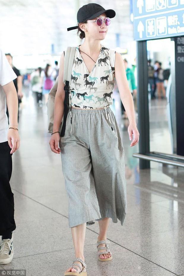 Giàu có và là đại hoa đán nhưng cứ ra sân bay, Châu Tấn sẽ chẳng màng hình tượng mà diện đồ xuề xòa thế này - Ảnh 15.
