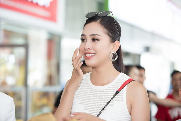 Clip: Tân Hoa hậu Tiểu Vy hạnh phúc trở về trong vòng tay chào đón của bố mẹ và người dân quê hương Quảng Nam - Ảnh 9.