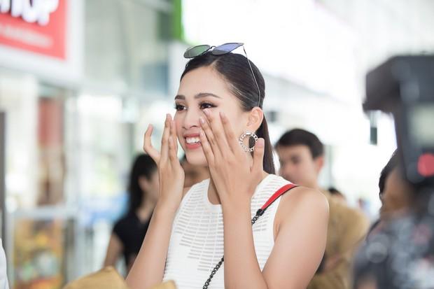 Clip: Tân Hoa hậu Tiểu Vy hạnh phúc trở về trong vòng tay chào đón của bố mẹ và người dân quê hương Quảng Nam - Ảnh 8.