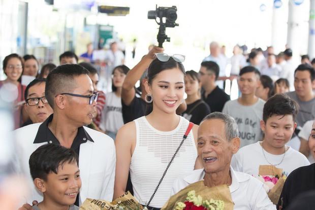 Clip: Tân Hoa hậu Tiểu Vy hạnh phúc trở về trong vòng tay chào đón của bố mẹ và người dân quê hương Quảng Nam - Ảnh 7.