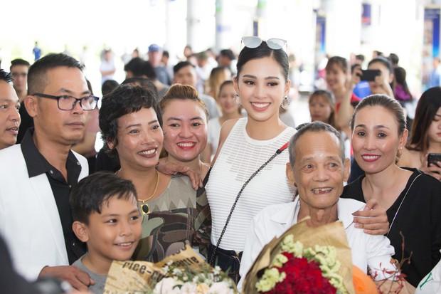 Clip: Tân Hoa hậu Tiểu Vy hạnh phúc trở về trong vòng tay chào đón của bố mẹ và người dân quê hương Quảng Nam - Ảnh 6.