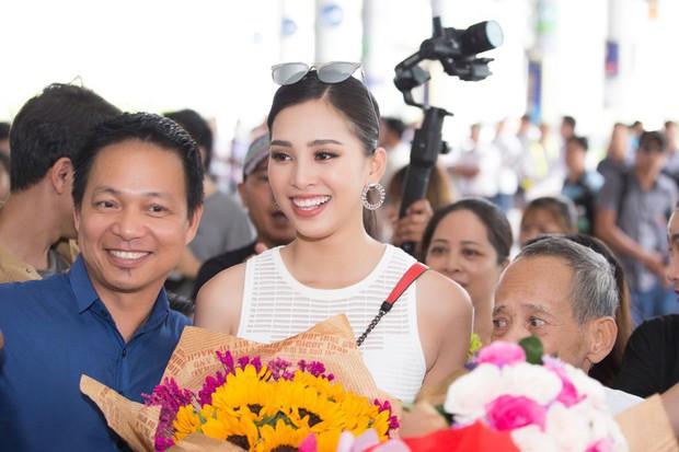 Clip: Tân Hoa hậu Tiểu Vy hạnh phúc trở về trong vòng tay chào đón của bố mẹ và người dân quê hương Quảng Nam - Ảnh 5.