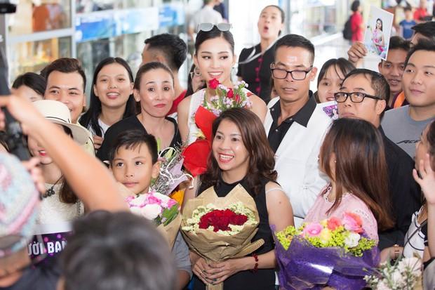 Clip: Tân Hoa hậu Tiểu Vy hạnh phúc trở về trong vòng tay chào đón của bố mẹ và người dân quê hương Quảng Nam - Ảnh 4.
