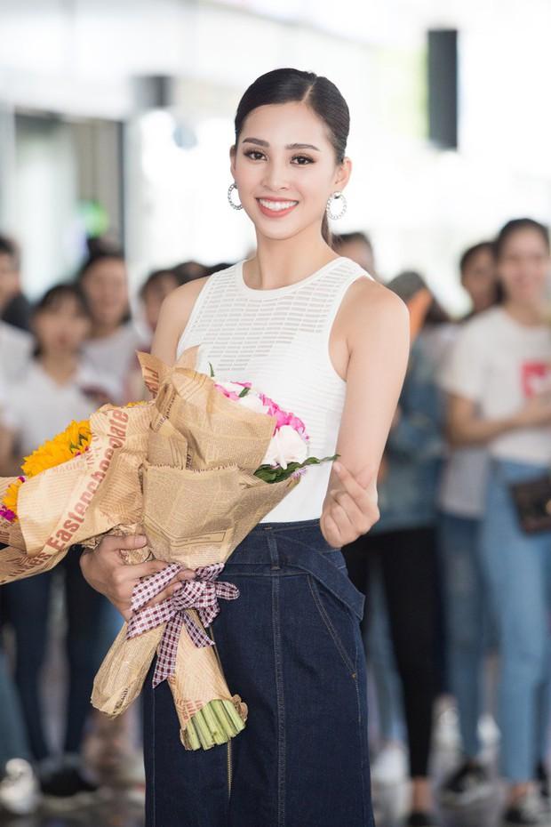 Clip: Tân Hoa hậu Tiểu Vy hạnh phúc trở về trong vòng tay chào đón của bố mẹ và người dân quê hương Quảng Nam - Ảnh 3.