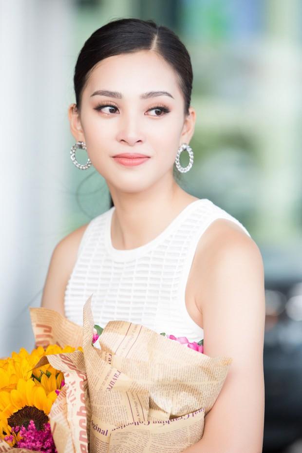 Clip: Tân Hoa hậu Tiểu Vy hạnh phúc trở về trong vòng tay chào đón của bố mẹ và người dân quê hương Quảng Nam - Ảnh 2.