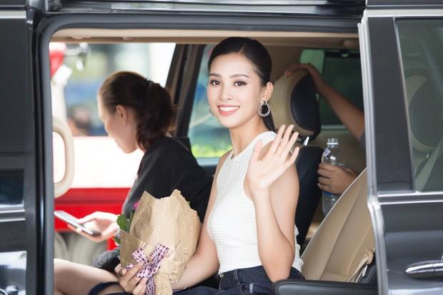Clip: Tân Hoa hậu Tiểu Vy hạnh phúc trở về trong vòng tay chào đón của bố mẹ và người dân quê hương Quảng Nam - Ảnh 11.