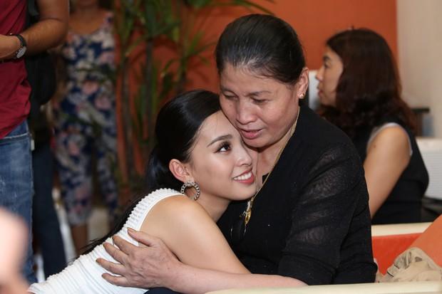 Clip: Tân Hoa hậu Tiểu Vy hạnh phúc trở về trong vòng tay chào đón của bố mẹ và người dân quê hương Quảng Nam - Ảnh 12.