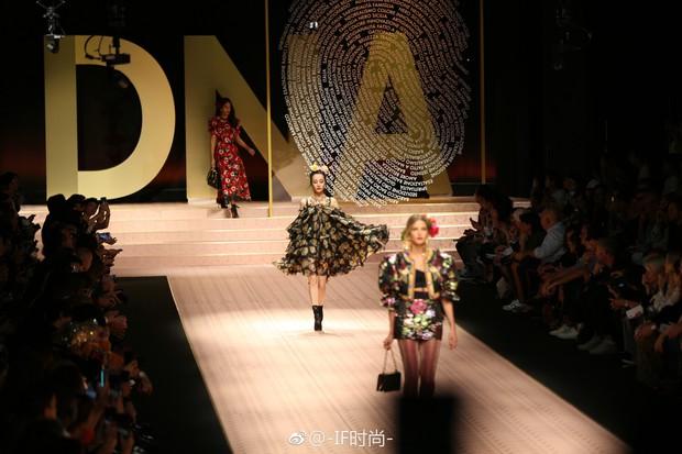 4 nữ thần Địch Lệ Nhiệt Ba, Jessica Jung, Mai Davika, Ayaka Miyoshi catwalk làm náo loạn sàn diễn của Dolce&Gabbana - Ảnh 8.