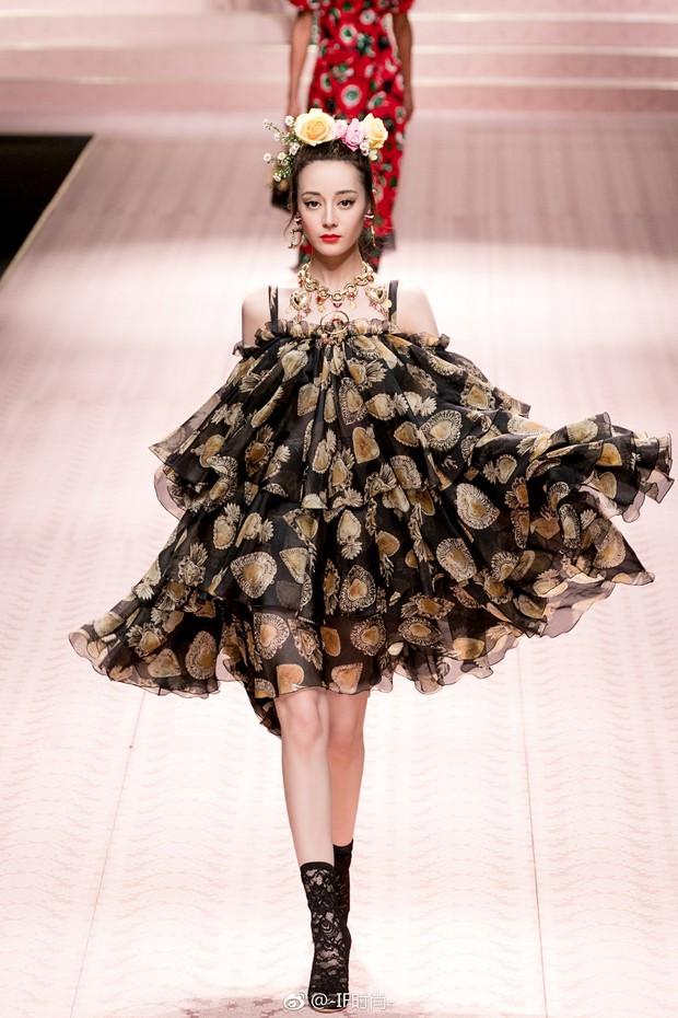 4 nữ thần Địch Lệ Nhiệt Ba, Jessica Jung, Mai Davika, Ayaka Miyoshi catwalk làm náo loạn sàn diễn của Dolce&Gabbana - Ảnh 5.